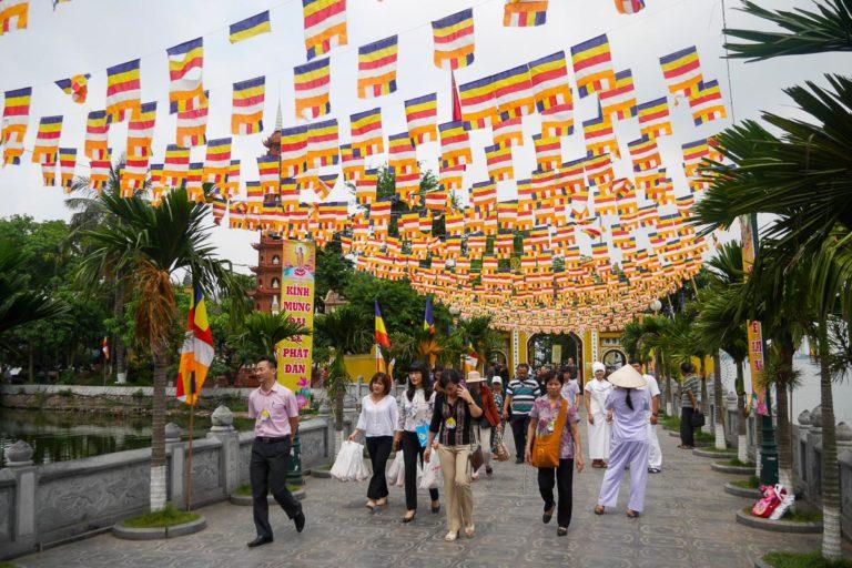 Udekorowane przed świętem wejście do Tran Quoc