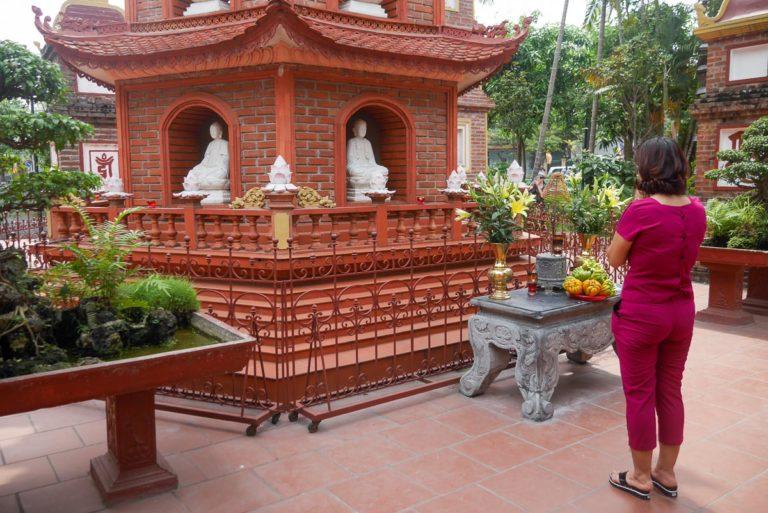 Hanojczycy modlą się w Tran Quoc