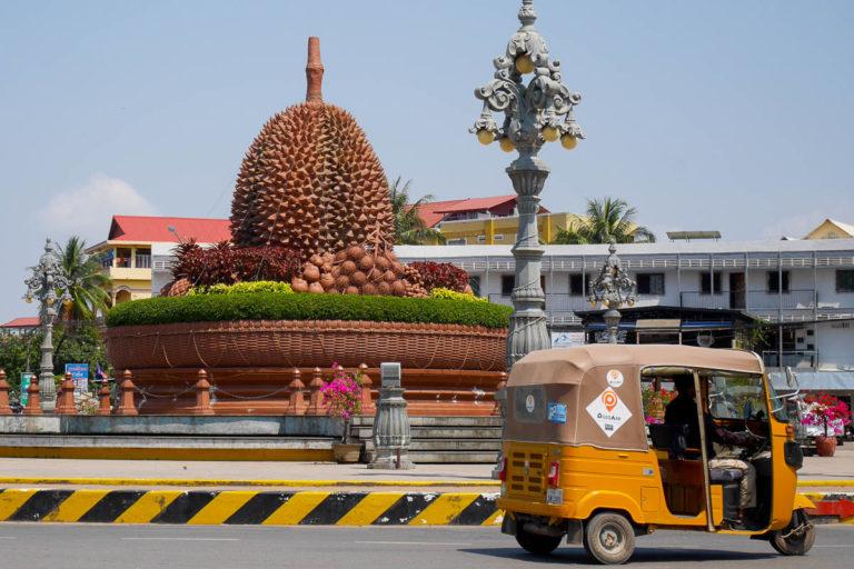 Olbrzymi durian stoi na środku ronda w Kampot