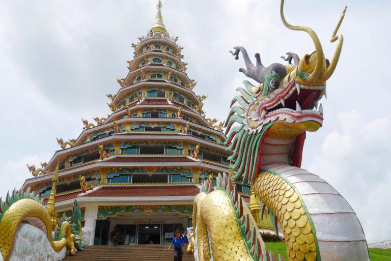9-poziomową pagodę Wat Huay Pla Kang przed złymi duchami strzegą smoki