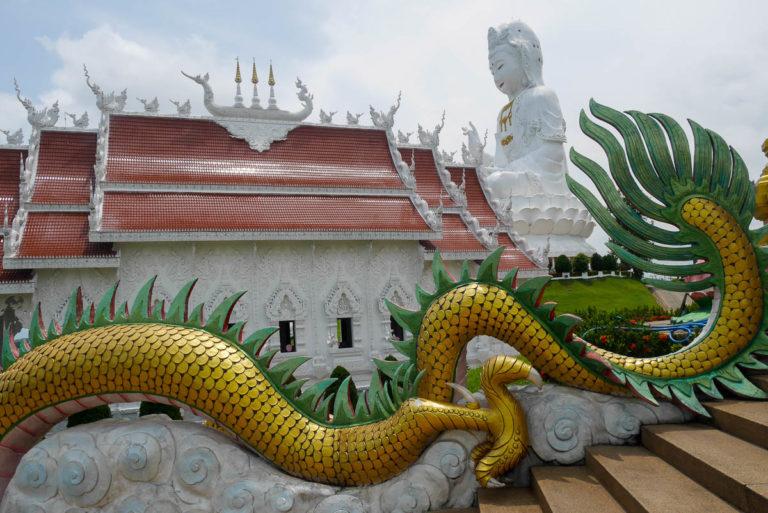 Ze schodów pagody widać śnieżnobiałą poagodę i ogromny posąg bogini Guanyin