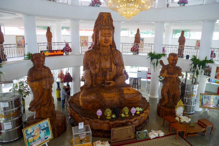 Bogini Guanyin z drzewa sandałowego stoi wewnątrz 9-poziomowej pagody