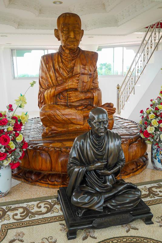 Rzeźby zasłużonych mnichów w 9-piętrowej pagodzie