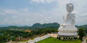 90 metrowa bogini Guanyin ze świątyni Wat Huay Pla Kang widoczna jest z odległych miejsc