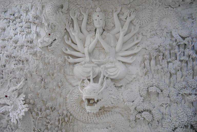 Rzeźby wewnątrz posągu Guanyin w świątyni Wat Huay Pla Kang