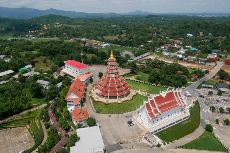 Widok na Wat Huay Pla Kang z okien umieszczonych w oczach bogini Guanyin