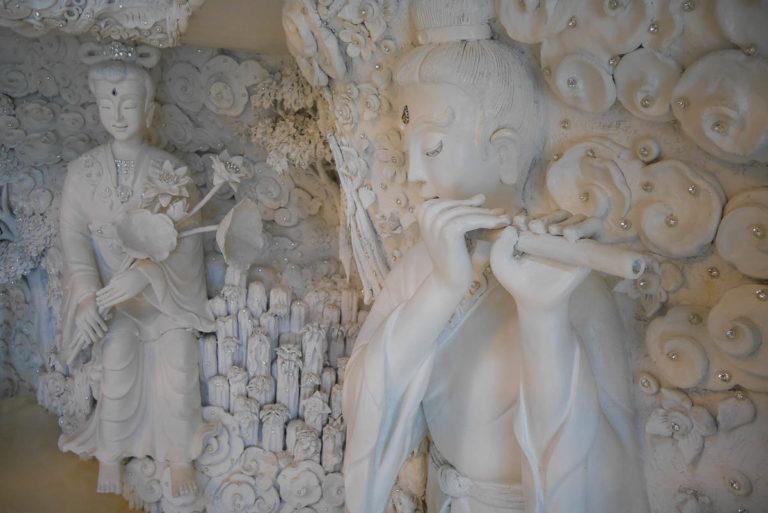 Boginie, mityczne stwory, drzewa - zdobienia wewnątrz głowy bogini Guanyin w Wat Huay Pla Kang