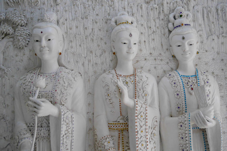Piękne śnieżnobiałe rzeźby w Wat Huay Pla Kang