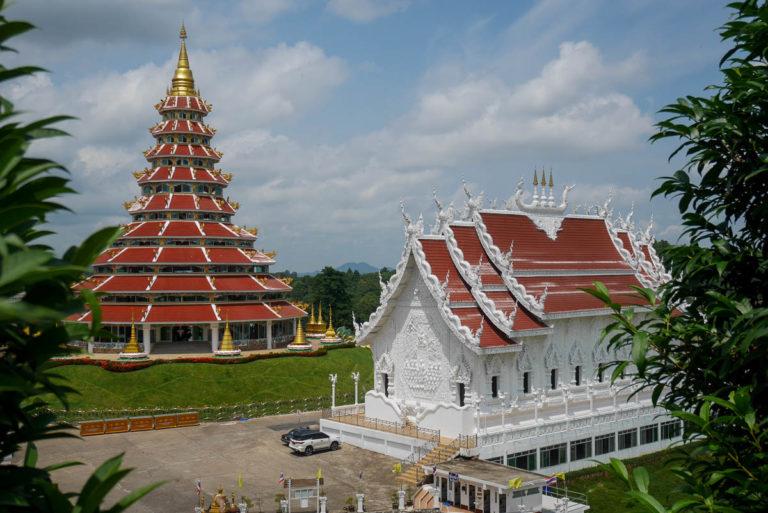 Pagoda w stylu chińskim i vihara w stylu tajskim