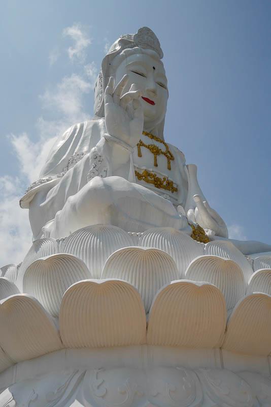 Bogini Guanyin siedzi na kwiecie lotosu