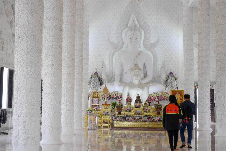 Budda w sali zgromadzeń w Wat Huay Pla Kang