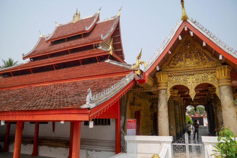 Dach sali święceń ozdobiony wężami Naga i iglicą dok so faa