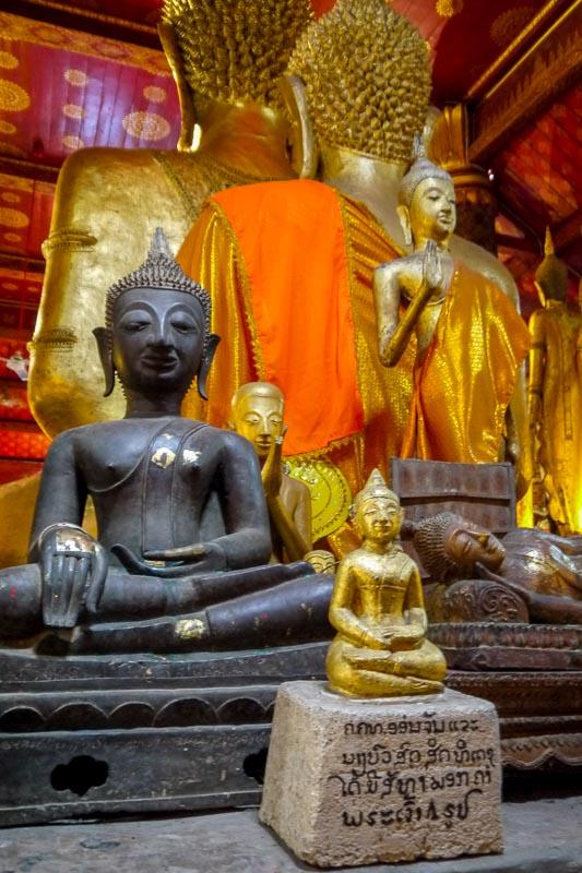 Czerwono-złote wnętrze sali święceń w Wat Mai