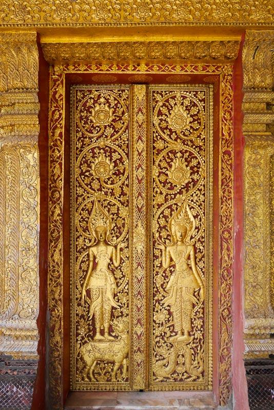 Bogato zdobione drzwi wejściowe do sim Wat Mai