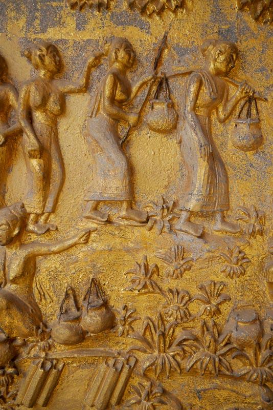 Wiejskie życie przedstawione na werandzie sali święceń Wat Mai