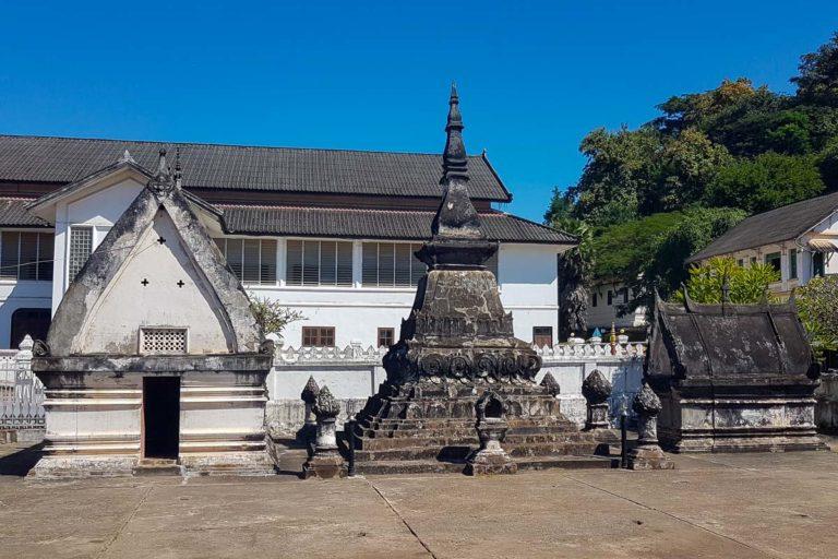 Kamienne kapliczki i stupa na terenie Wat Mai