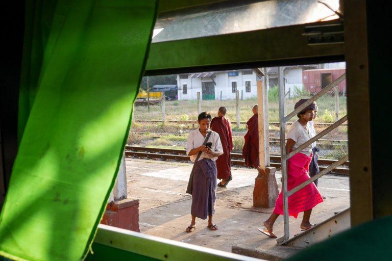 Longyi to ulubiony strój mężczyzn w Birmie