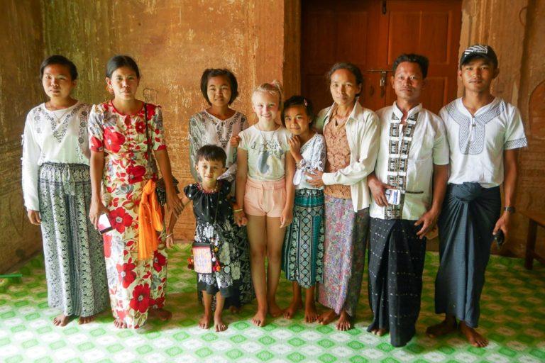 Łucja z birmańską rodziną pozuje do zdjęć