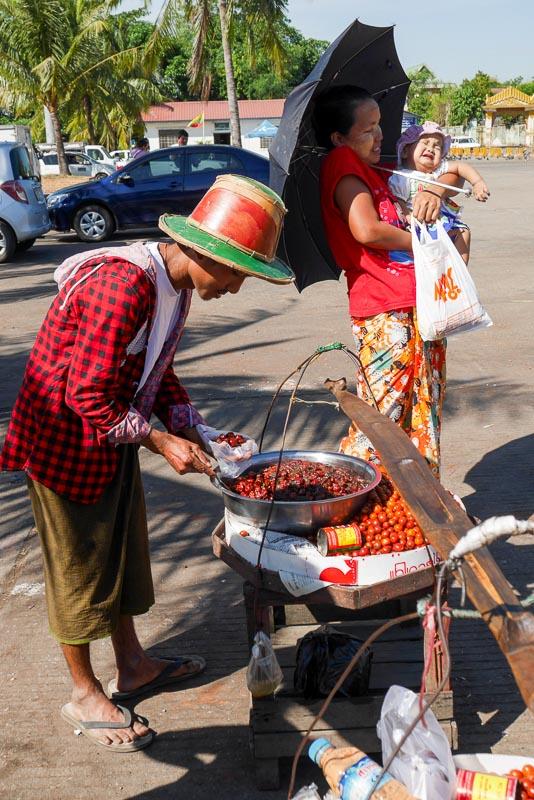Uliczny sprzedawca z Rangun ubrany w longyi