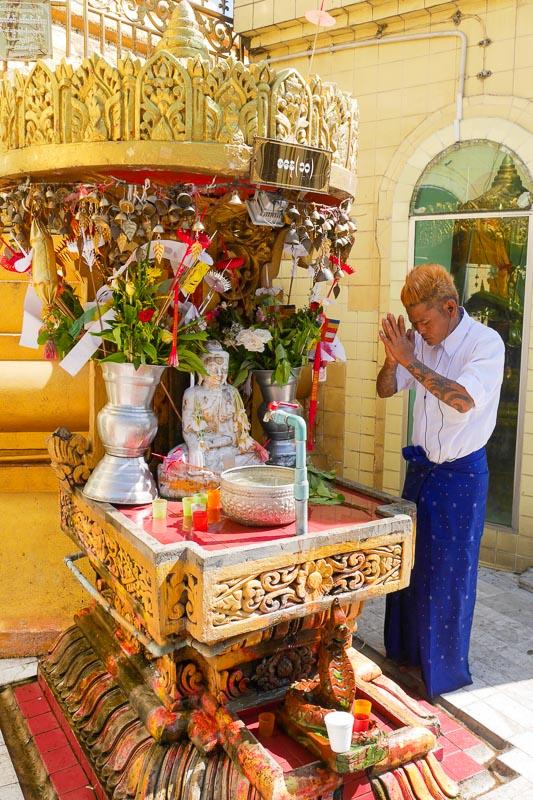 Modlitwa w pagodzie Sule