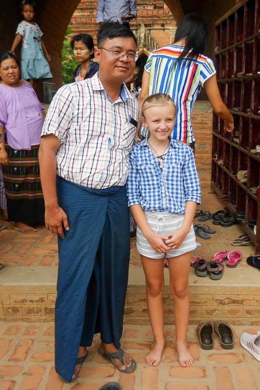 Mężczyzna w tradycyjnym birmańskim stroju prosi Łucję o zdjęcie