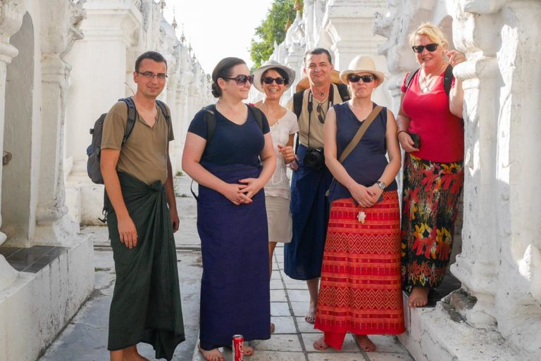Grupa z Polski przyodziana w longyi - tradycyjny strój birmański