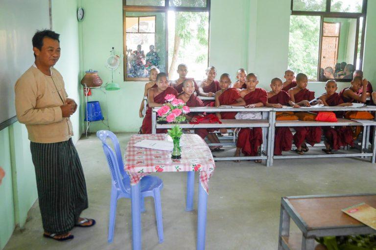 Nauczyciel w szkole dla mnichów ubrany w longyi
